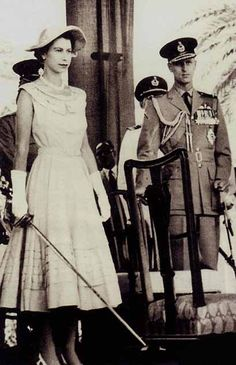 English- Queen Elizabeth in Aden Colony 1954 wielding a spadroon in preparation to knight Claude Pelly and Sayyid Abubakr. Prince Phillip is visible at the side. This was the first public investiture of the tour. Die Queen, Hm The Queen, Royal Queen, Her Majesty The Queen, Queen And Prince Phillip, Prince Philip, English Royal Family, British Royal Families, Young Queen Elizabeth