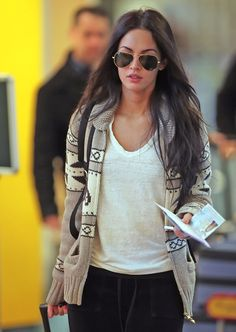 Megan Fox is my idol Africa Nature, Comfy Travel Outfit, Comfy Outfit, Cowichan Sweater, Ray Ban Aviator, Glamour, Look Chic, Autumn Winter Fashion, Winter Style