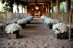 Cerimônia de casamento na fazenda com tapete de juta e mini margaridas Fotos: Rejane Wolff
