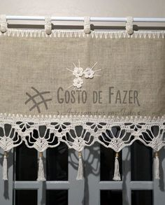 Bandô de juta reto com acabamento de crochet em barbante. Escolha um barrado em crochet e a largura do bandô de acordo com a medida da sua janela. Lace Window, Decoupage Art, Crochet Borders, Crochet Patterns, Curtain Designs, Valance Curtains, Valances, Crochet Doilies, Crochet Bikini
