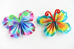 These classic coffee filter butterflies are SO EASY and so beautiful! This is such a great summer craft idea for kids and a fun low mess activity! It's easy. It's relatively low mess. Summer Camp Crafts, Spring Crafts For Kids, Easy Crafts For Kids, Toddler Crafts, Diy For Kids, Children Crafts, Coffee Filter Art, Coffee Filter Crafts, Coffee Crafts