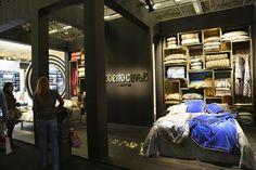 A nova linha de casa do estilista Roberto Cavalli esteve em uma exposição na Maison & Objet, na França.