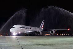 O Aeroporto Internacional Tom Jobim(RIOgaleão), no Rio de Janeiro, recebeu nessa segunda-feira (22) o primeiro voo comercial de um Airbus A380, o maior avião de ...