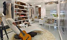 A laca branca é protagonista no ambiente aparecendo em quase todos os móveis, sempre valorizados por um projeto de iluminação criterioso e suave.