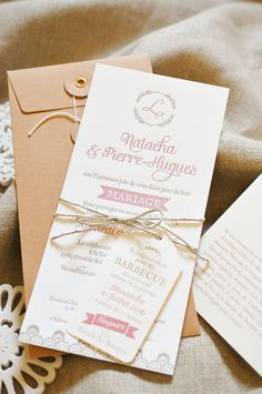 "Faire-part de mariage ""Cavaillon"" imprimé en Letterpress coulers vieux rose et lin, avec un motif dentelle vintage. Accompagné d'une enveloppe kraft à rondelles, d'une étiquette pour le barbecue et d'un carton de directions. // Letterpress wedding invitation printed on cotton paper, with label // www.Les-Libellules.fr"