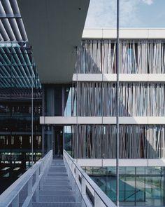 Quase toda a fachada do prédio é coberta com aletas de tubos dispostos assimetricamente