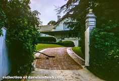 The driveway to Pickfair – the Beverly Hills home of Hollywood's first power couple, Douglas Fairbanks Sr and Mary Pickford. Golden Age Of Hollywood, Hollywood Stars, Old Hollywood, Garden Of Allah, American Mansions, Old Celebrities, Douglas Fairbanks, Beverly Hills Houses, Los Angeles Neighborhoods