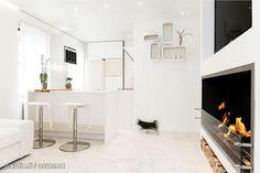 White apartment with a fire place / Vitivalkoinen asunto dramaattisella takalla