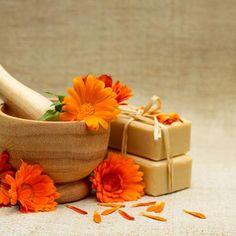 DIY-Rezept für selbst gemachte Ringelblumenseife - beruhigt strapazierte, empfindliche und gereizte Haut