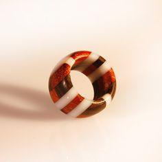 anello in resina più legno, gioiello unisex, fatto a mano intarsiato in legno e vetro organico latte, anello elegante, gioiello fashion di SPhandmadejewelry su Etsy