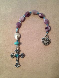 Handmade Anglican-Protestant pocket prayer beads using flat amethyst beads. With the flat beads you can use this as a bookmark also. Makes a nice gift. Diy Jewelry, Beaded Jewelry, Jewelry Design, Jewelry Making, Beaded Bracelets, Rosary Prayer, Prayer Beads, Rosary Bracelet, Rosary Beads