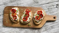 Bruschetta:- Country bread sliced and topped with different toppings - the evergreen tomato-basil and an inventive mushroom-garlic. Vegetarian Italian Recipes, Italian Bread Recipes, Vegan Dinner Recipes, Italian Dishes, Vegan Recipes Easy, Italian Cookbook, Bruschetta Recept, Italy Food, Recipes