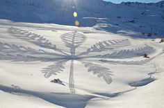Simon Beck is a very unique snow artist from France. He spends his day tromping through the snow in snow shoes, creating amazing pieces of snow art. Mandala Art, Aliens, Mathematical Drawing, Simon Beck, Snow Artist, In Natura, Painting Snow, Outdoor Sculpture, Environmental Art