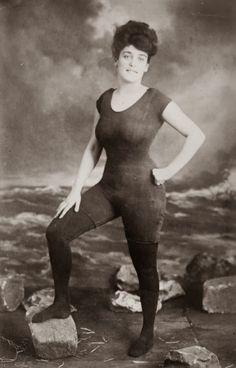 Annette Kellerman promuove il diritto delle donne di indossare un costume da bagno intero aderente, 1907. Fu arrestata per atti di indecenza.