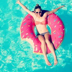 La bouée donut - The donut pool inflatable suggested by : Pool Games Kids, Swimming Pool Games, Children Swimming Pool, Strand Gadgets, Lifestyle Fotografie, Summer Pool, Summer Fun, Summer Vibes, Pool Floats