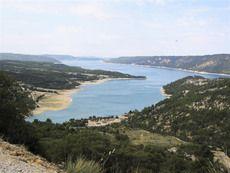 Lac de Sainte-Croix: einer der schönsten Seen Südfrankreichs gelegen an der Grenze der Départements Alpes-de-Haute-Provence und Var