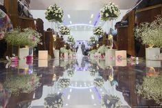 Passarela espelhada para a cerimônia religiosa