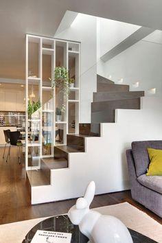 salon-gris-jaune-et-blanc-escalier-tournant-moderne-peinture-murale-blanche