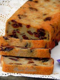Pudding-antillais-au-rhum PUDDING À L'ANTILLAIS AU RHUM  Ingrédients pour 6-8 personnes Pour un moule 26 cm x 10 cm  – 300 g de pain rassis (pain style baguette) – 175 g de sucre de canne ou roux – 10 cl de lait – 25 g de beurre fondu – 1 œuf – 125 g de raisins secs – 125 g de pruneaux dénoyautés – zeste de 1 citron vert – 1/2 cuillère à café de cannelle – 1/2 cuillère à café de muscade – 1 cuillère à café d'essence de vanille – 1/2 cuillère à café d'essence d'amande amère – 10 cl de rhum