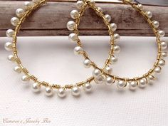 Golddraht Wrap Creolen, Ohrringe, Perlen Hoops, weiße Perlen, Gold Creolen von CameronsJewelryBox auf Etsy https://www.etsy.com/de/listing/126463402/golddraht-wrap-creolen-ohrringe-perlen