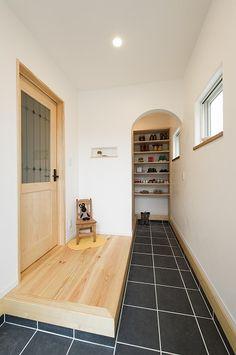 スキップフロアで繋がる家族の想い* 可愛く楽しい空間のお家 Shop Interior Design, Interior Styling, Foyer Staircase, House Entrance, Japanese House, Tiny House Design, House Goals, Architect Design, Home Renovation