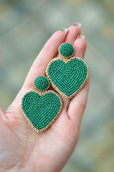 Heart earrings Emerald green gold cora Fashion trendy love clip on earrings Rebecca de Ravenel Drop dangle statement jewelry Beaded Earrings Patterns, Beaded Brooch, Bead Earrings, Clip On Earrings, Bead Jewellery, Clay Jewelry, Jewelry Crafts, Beaded Jewelry, Earrings Handmade