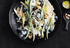 Fisolen-Chicorée-Salat mit Trauben und Nüssen