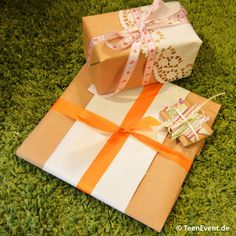 Toll verpackte Geschenke mit Packpapier und bunten Accessoires