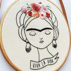 Back in stock, the most beloved Embroidered Comic, our Frida Kahlo. 😍 There are only 2 units, so run there on the site to guarantee the… Hand Embroidery Videos, Embroidery Stitches Tutorial, Hand Embroidery Stitches, Learn Embroidery, Modern Embroidery, Embroidery Hoop Art, Hand Embroidery Designs, Cross Stitch Embroidery, Arte Punch