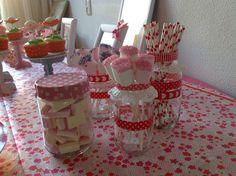 Diy potjes. Lege glazen potjes pimpen met maskingtape, cupcakehoudertje en een papieren doily. #sweettable#birthday#diy
