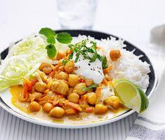 En imponerande kikärtscurry med jordnötter som bjuder smaklökarna på en härlig upplevelse. Curryn får hetta av chilin som steks ihop med grönsakerna där sedan kokosmjölken bryter av med en mjuk och len smak. Till servering finns nykokt ris, sallad lime och yoghurt som toppar denna rätt.