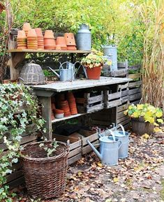 Potting Bench Ideas - Want to know how to build a potting bench? Our potting bench plan will give you a functional, beautiful garden potting bench in no time! Love Garden, Dream Garden, Garden Pots, Garden Benches, Garden Sheds, Potting Station, Greenhouse Shed, Potting Tables, Garden Structures