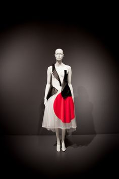 future beauty: 30 years of japanese fashion exhibition • inward facing girl
