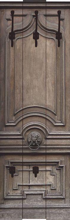 """Diese außergewöhnliche Designer-Wandgarderobe """"Teodora, D.: Alte, massive Tür"""" ist ein echter Blickfang und verschönert jedes Ambiente. Mit besonders hochwertigen Druckfarben werden die Motive auf die Garderobenpaneele digital gedruckt. Die Farben strahlen auch noch nach vielen Jahren wie am ersten Tag. Die aus 16 mm dicker Holzfaserplatte gearbeiteten Garderoben bieten viel Platz für Jacken, M..."""
