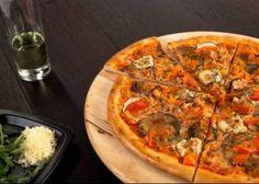 Ингредиенты:  600г сыра моцарелла 400г томатной пасты 200г маслин б/к 10 килек соленых без костей 3ст.л. каперсов соленых 1ст.л. орегано тесто для пиццы базилик