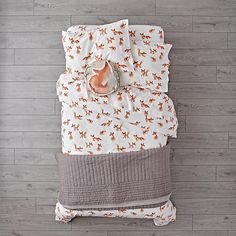 This sly little fox bedding set has a few tricks up its sleeve. It's made from 100% organic cotton and features a playful crowd of printed foxes.