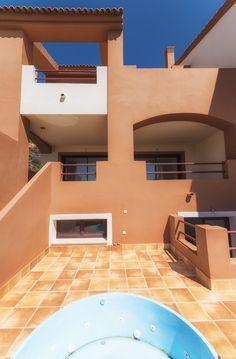 Conoce los chalets #LosJaralillos. Disponen de 3 dormitorios, 3 baños, bodega, #jacuzzi, garaje para dos coches y jardín privado. ¿Quieres ver las opciones de vivienda en Benahavis? Pincha sobre la fotografía.