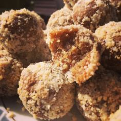 Raw food balls made of dates and nuts Healthy Sweets, Healthy Baking, Healthy Snacks, Best Dessert Recipes, Fun Desserts, Raw Vegan Recipes, Cooking Recipes, Vegan Food, Simply Recipes
