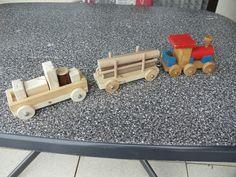 Zug aus Holz mit Anhängern
