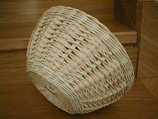 Плетение из газетных трубочек Rattan Basket, Wicker, Baskets, Wood Crafts, Paper Crafts, Diy Crafts, Pine Needle Crafts, Types Of Weaving, Newspaper Basket