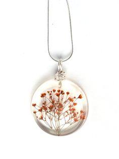 Orange Baby Atem Harz Halskette - echte Blumen, eingehüllt in Harz - gedrückt gedrückt Blume Schmuck - Harz-Halskette - Draht gewickelt Anhänger