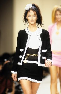 See the complete Chanel Spring 1994 Ready-to-Wear collection.Model: Christy Turlington Burns