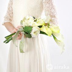 凛とした曲線の美しさが魅力のカラーのアームブーケ。甘くならない、品格のあるコーディネイトにおすすめのブーケです。白 カラー アームブーケ ブートニアセット/シルクフラワー(造花) Lily Wedding, Flower Bouquet Wedding, Bridesmaid Dresses, Wedding Dresses, Floral Arrangements, Flower Girl Dresses, Bridal, Fashion, Valentines Day Weddings