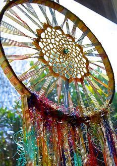 DIY Colorful Dream Catchers Decor Your room, Home decor boho style, how to make a dream catchers, DIY wall decor ideas Dream Catchers, Suncatchers, Los Dreamcatchers, Mundo Hippie, Art Projects, Projects To Try, Deco Boheme, Diy Holz, String Art