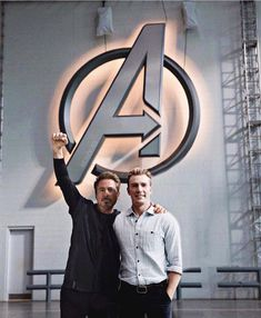 Chris Evans and RDJ on the set of Avengers 4 - Marvel Universe Captain Marvel, Marvel Avengers, Marvel Comics, Hero Marvel, Marvel Actors, Marvel Memes, Stony Avengers, Avengers Cast, Avengers Characters