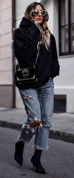 cool street style / black oversized sweatshirt + boyfriend jeans + bag + boots