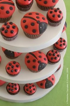 ladybugs cupcake might have to do these for my mind birthday Ladybug Cakes, Ladybug Party, Fun Baking Recipes, Valentine's Day Crafts For Kids, Cakes And More, Cupcake Cakes, Cake Decorating, Sweet Treats, Sweets