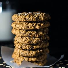 The three major ingredients that make these dessert snacks healthy are bananas (potassium), chia seeds (healthy fuel fat and brain food) and oats (protein and major fibre)! Gluten Free Cookie Recipes, Gluten Free Cookies, Low Carb Recipes, Healthy Sweets, Healthy Snacks, Healthy Oatmeal Cookies, Good Food, Yummy Food, Sweet Bakery