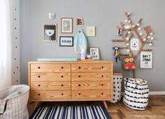 Quarto infantil com estilo escandinavo tem cômoda de pinus e cabideiro no formato de árvore.