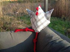 Das erste dänische Huhn nach der gut gemachten Anleitung von Wiebke Maschitzki ist gestern bei uns eingezogen und lässt es sich auf der sonnigen Terrasse gut gehen. Hier findet Ihr die Nähanleitung für das Huhn: Dänisches Huhn.
